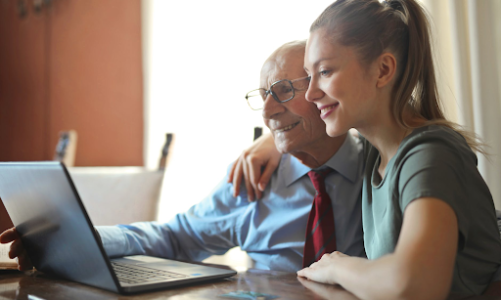 4 Ways to Care for Aging Parents While Working Full-Time